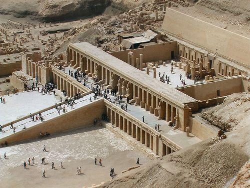 Tempio funerario di Hatshepsut. Nuovo regno, II Millennio a.C., Valle dei re. Fu pensato dall'architetto Senemnut.