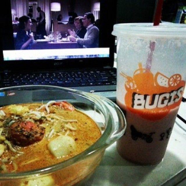 Enjoy your lunch break while watching something funny! #Bugis #laksa and the must-try strawberry-guyabano #shake . What's your food? #philippines #philippine #manila #banawe #quezoncity #singaporeanfood #singapore #food #spotmyfood #ph #asianfood #restaurant