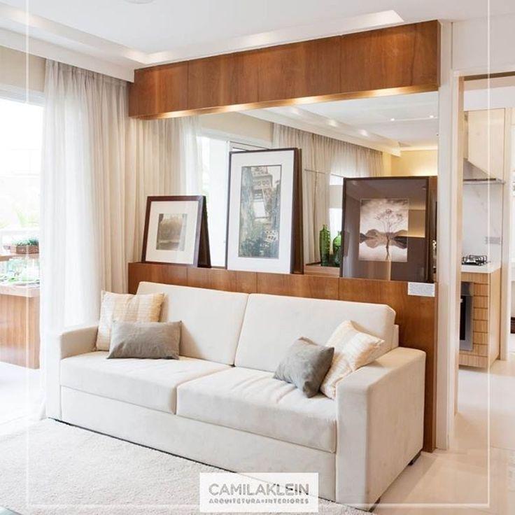 Rústico chique...o painel de madeira com iluminação atrás do sofá composto por um espelho na horizontal traz profundidade ao local, sem abrir mão do aconchego. #decoração #madeira #espelho #iluminação #quadros