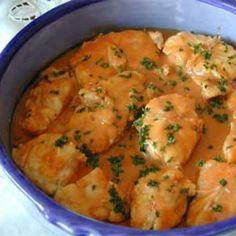 Lotte à L'Armoricaine (modifs régime hypotoxique) •700 g de lotte •1 gros oignon •1 gousse d'ail •1 bouquet garni •3 tomates •1 tasse de sauce tomate maison( ou 1 cc de concentré de tomate) •2 cs d'huile d'olive •2 verre de vin blanc •50 g de beurre clarifié pour moi •2 cs de farine de riz pour moi •2 cs de cognac •1 cs de persil •sel - poivre A servir avec du riz jasmin ou des petites pommes de terre primeurs cuites à la vapeur douce.