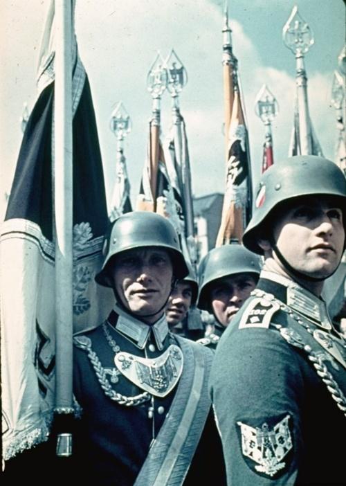 Militärische Demonstration an Hitlers 50. Geburtstag in Berlin. --- Military demonstration at Hitler's 50th birthday celebration in Berlin.