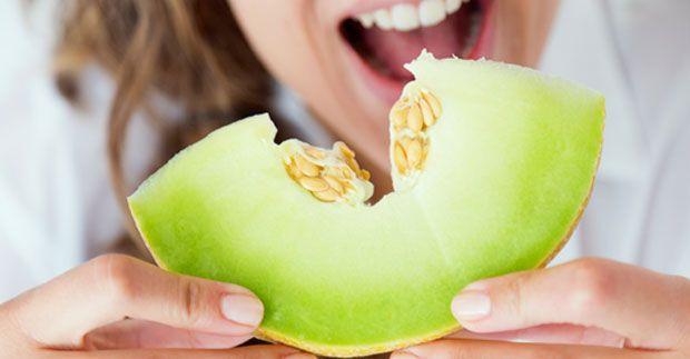 El melón además de tener un delicioso sabor y refrescante sabor, es una valiosa fruta con importantes nutrientes para la salud del organismo, por ello queremos contarte porqué debes sumarlo a tu alimentación.