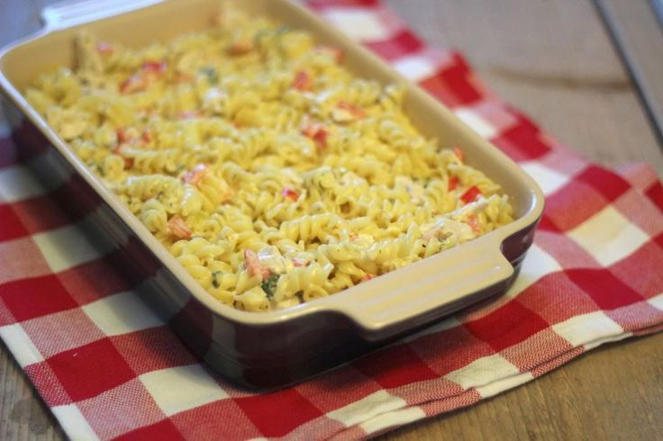 Tada, daar is ie weer: de ovenschotel! Omdat wij zo van ovenschotels houden en jullie volgens mij ook, hebben we een lekkere pasta-ovenschotel met boursin gemaakt! Dit recept is eenvoudig te bereiden
