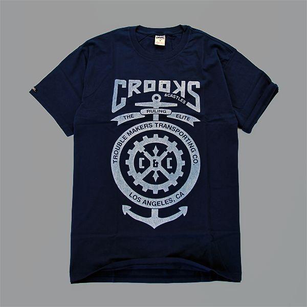 www.cannybiz.pl T-Shirt marki Crooks & Castles ześciągaczem wokół szyiw kolorze granatowym. Duża grafika oraz napis Crooks & Castles z przodu, dwie …