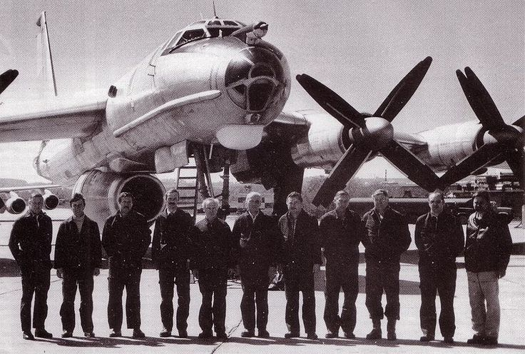 File:Ту-142 ЛЛ с экипажем..JPG