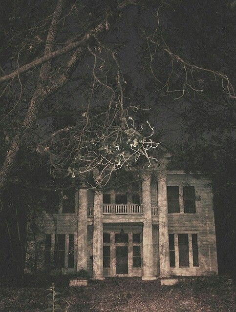 Empty & Abandoned Old Mansion...this is so creep! I'd love to restore and live here!