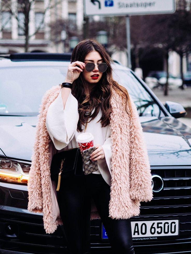 Sonnenbrille, rosa Felljacke, Bluse, Lederhose