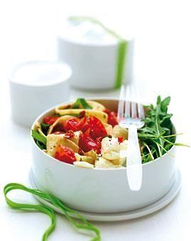 Pappardelle mit Tomaten und Ricotta; 60g getrocknete Tomaten, 75g Schalotten, 2 Knofi-Zehen, 1EL Rosmarin, 200g Nudeln, 500g Kirschtomaten, 75g Spinat, 10g Basilikumblätter, 175g Ricotta