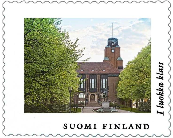 Eliel Saarinen suunnittelema Lahden kaupungintalon valmistui vuonna 1911. Tämä postimerkki julkaistiin rakennuksen kunniaksi vuonna 2012.