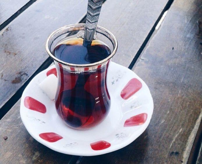 Çay diye bir şey var; Her mevsime, Her güne, Günün her saatine, İnsanın her haline, Neşesine, Kederine, Kalabalığına, Yalnızlığına birebir…