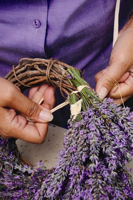 DÍY lavender wreath project – there are no instructions but from the picture you can see how the bundles are tied on to the wreath form.  | followpics.co