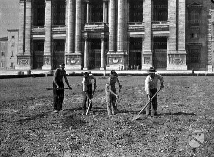 Roma - Orti di guerra nei giardini di S.Giovanni Quattro giardinieri lavorano con pala e piccone il terreno davanti alla Basilica di S.Giovanni;  16.09.1941