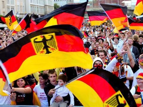Im WM-Finale werden viele Fans wieder Deutschland-Fahnen schwenken. Die Flagge mit dem Bundesadler in der Mitte ist aber eigentlich den Bundesbehörden vorbehalten. Foto: Andreas Lander