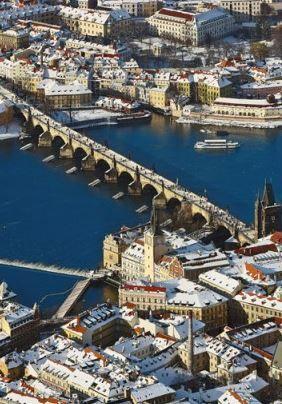 Levý a pravý břeh Vltavy spojuje od roku 1357 Karlův most, foto: Libor Sváček, archiv Vydavatelství MCU s.r.o.