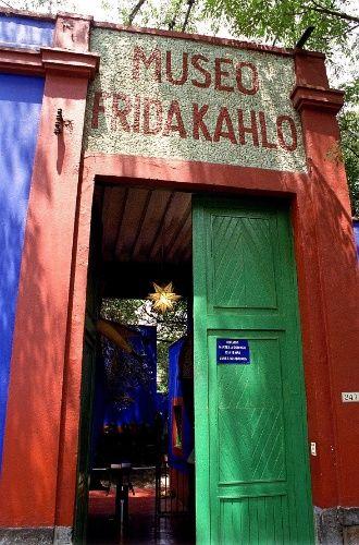 Entrada do museu Frida Kahlo (www.museofridakahlo.org.mx), conhecido como A Casa Azul, onde a artista mexicana nasceu e morreu (1907-1954). Atualmente, a residência situada na Cidade do México é uma casa-museu e expõe as roupas, objetos de uso pessoal e coleções de arte da pintora. Fotografia: Aarón Fernández / Folhapress.