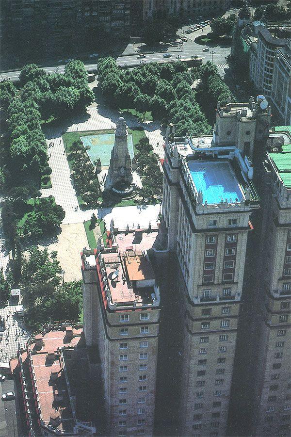 Ésta es la famosa piscina del hotel que habitaba en parte el Edificio España. Las vistas son de infarto. En esta perspectiva podemos ver la parte trasera del rascacielos, totalmente distinto a la parte frontal, y de estilo muy neoyorquino, con contínuos entrantes y salientes. Es una parte poco conocida de él.