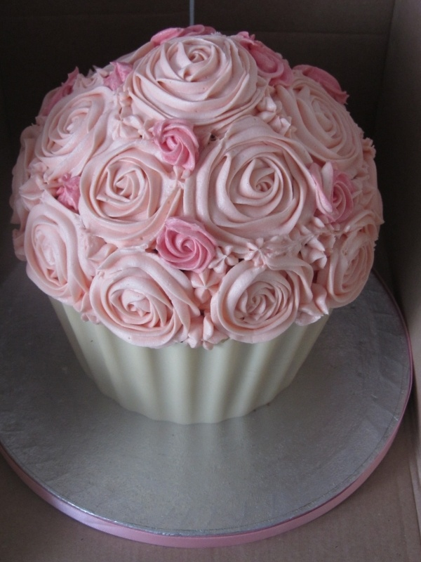 Those roses are Stunning!  My mom would just LOVE this!  Wonder how she did the chocolate shell on the bottom??