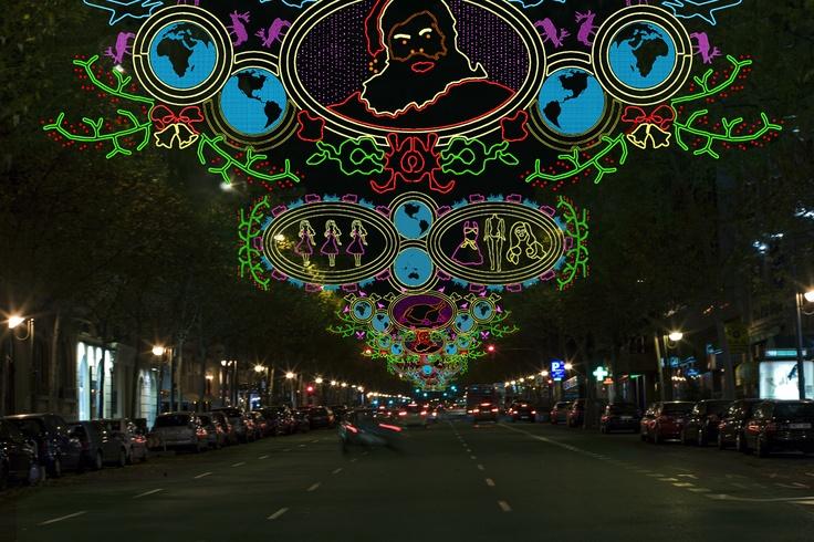 Esta composición de motivos luminosos de Andrés Jaque muestra una configuración de colores disponibles de hilo luminosos y metacrilato que otorgan una visibilidad similar tanto de día como de noche.