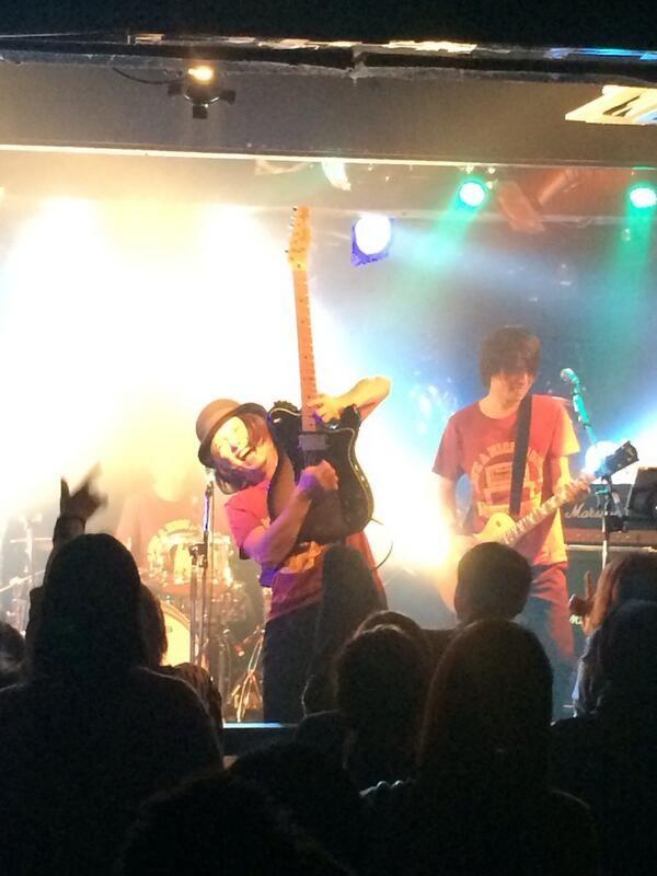 ジャンプはするわ、客席入るわ、やりたい放題のギタリスト・シュン。ユ「バカヤローっ!!w」シ「金メダル取りましたー!」本日は色々すみませんでした!w でも最高だったかと。w #ysk_jp