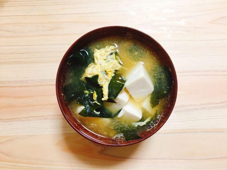 ★★ 豆腐とワカメの卵とじ味噌汁 かきたまにするところを間違えて落とし卵にしてしまったけれど、そのほうが好きだからま、良い。が、ごくごく普通の味噌汁。