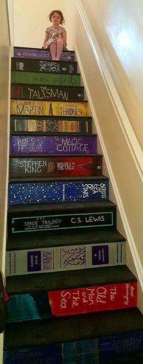 Frau malt Treppenhaus mit den Abdeckungen ihrer Lieblingsbücher