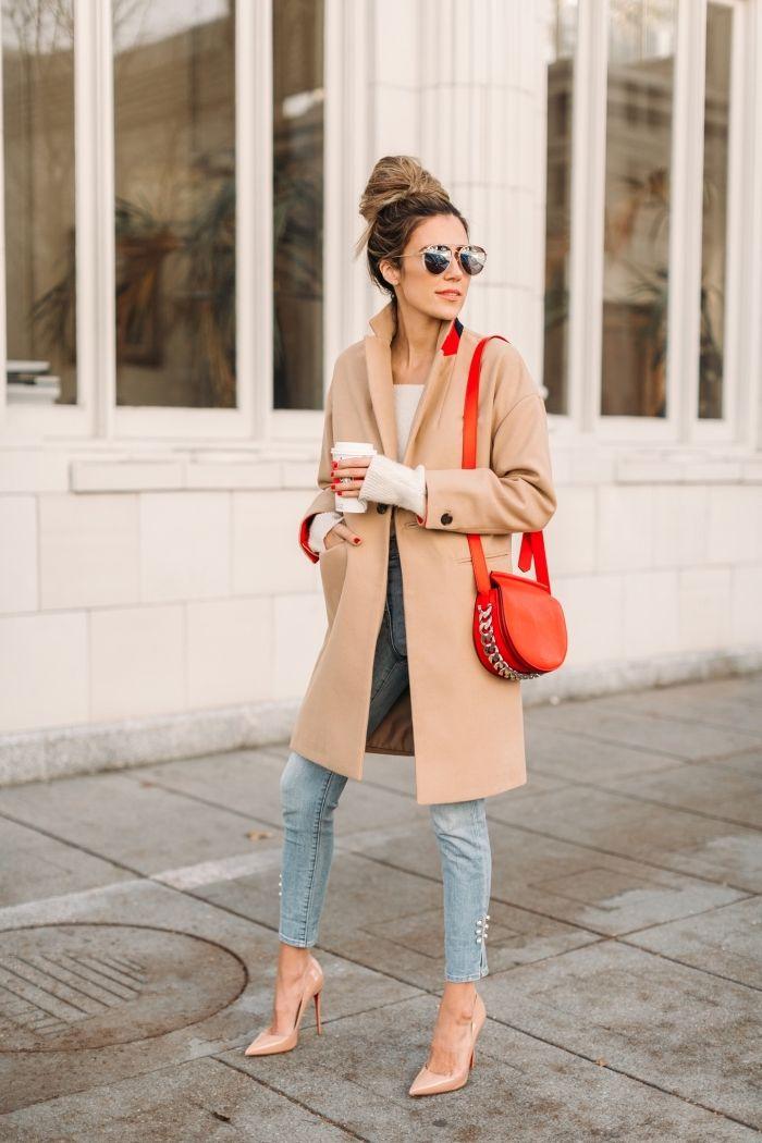 6a9cbef72f97 chaussure camel élégantes avec talons, femme stylée aux cheveux attachés en  chignon et habillée en jeans et manteau beige
