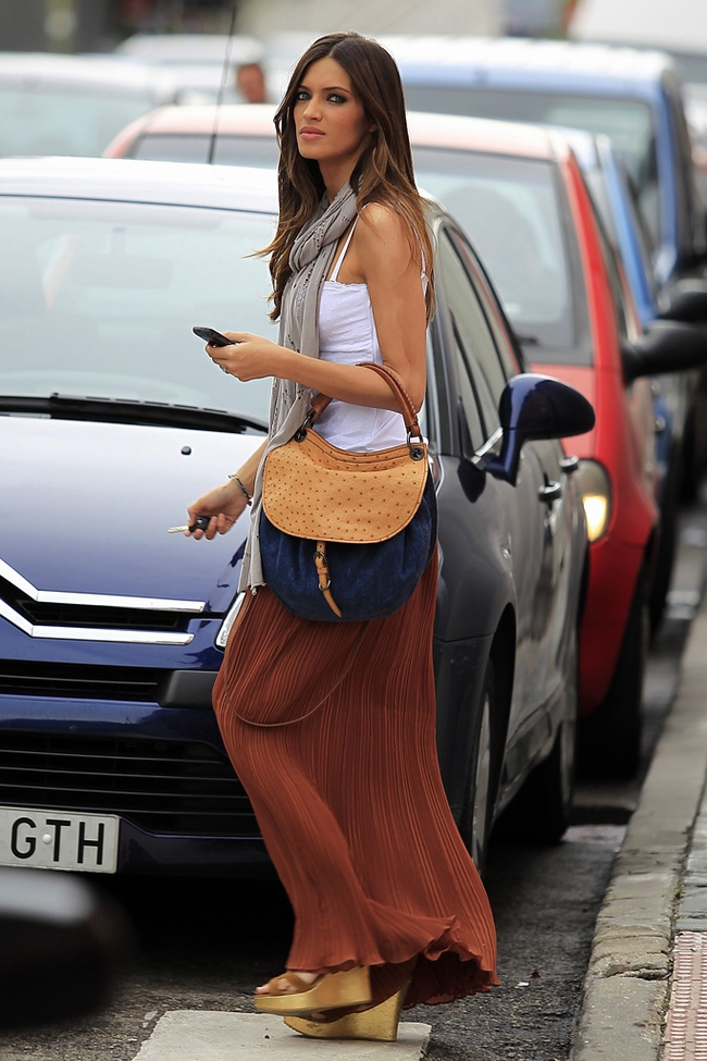 Sherri in a great travel outfit! Maxi skirt + scarf + cute handbag. Love!   <3