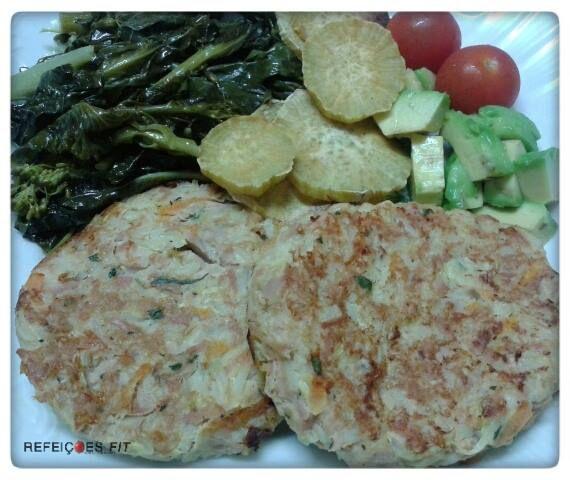 Hambúrgueres de atum com alho francês e cenoura, mais uma receita NutriLifestyle. Acompanhei com abacate, batata doce, tomates cherry, couves e grelos salteados. Ingredientes (2 Hambúrgueres) • 1 L…