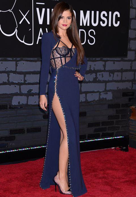 Su look en los MTV Video Music Awards 2013 fue uno de los más acertados. Con un diseño azul y negro de Atelier Versace de la colección Otoño Invierno 2013-2014. Como complementos, zapatos deLorraine Schwartz y pendientes de esmeraldas. Nos encanta el detalle del bustier lencero.