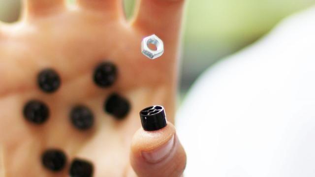 Onderzoekers werken aan sonische handschoen en 'schroevendraaier' Onderzoekers aan de universiteit in Bristol hebben een prototype gedemonstreerd van een schroevendraaier en handschoenen die objecten vastpakken zonder aanraking.
