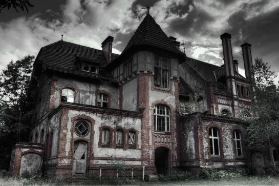 https://i.pinimg.com/736x/c6/94/b7/c694b7cf06f0fa61da1775d514c534f5--real-haunted-houses-haunted-places.jpg