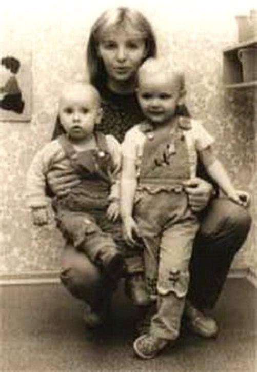 Lyudmila and daughters, Mariya and Yekaterina Putina