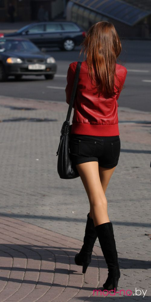 Уличная мода в Минске. Октябрь 2012 (наряды и образы на фото: чёрные шорты, чёрные замшевые сапоги, красная куртка, чёрная сумка)