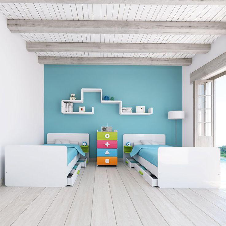 Habitaciones infantiles de diseño y multicolor para gemelos. Cada cama dispone de cajones inferiores para disponer de un espacio extra de almacenaje. Un dormitorio ideal para que tus gemelos crezcan juntos y felices