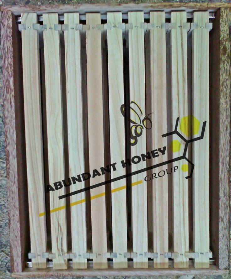 VENDEMOS Implementos para APICULTURA,guantes,alimentadores,cera estampada,overoles,centrifugas,ahumadores. Apicultura y apiarios en Bogotá colombia,fabrica de material apicola,colmenas,excluidores,alzas,tec