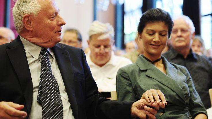 """Berlin – Die Linke-Fraktionschefin Sahra Wagenknecht hat sich gegen die Forderung nach einem linken Konzept für ein Einwanderungsgesetz gewandt. Ein solches Konzept wird u. a. von der Linkspartei-Vorsitzenden Katja Kipping verlangt. """"Ich finde, Linke sollten sich bemühen, seriöse Vorschläge zu machen"""", sagte Wagenknecht dazu der Zeitung """"Die Welt"""". Seriös sei es, sich für ein Ende … """"Wagenknecht gegen Einwanderungesetz"""" weiterlesen"""