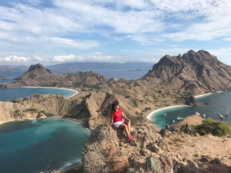 Beautiful view of Padar Island making a good day.  www.tukangjalan.com . . #tukangjalan #tukangjalantrip #tukang_jalan #explorekomodoisland #pulaukomodo #komodotrip #sailingkomodo #gililawa #gililawadarat #tamannasionalkomodo #explorekomodo #padarisland #nusatenggaratimur #pesonaalam #pesonaindonesia #wonderfulindonesia #indonesiabagus #travel #travelling #liburanseru #exploreflores #ntt #tripkomodo