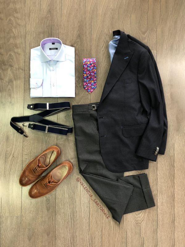 ¡Look de negocios! Corbata estampada en flores traje en paño gris de  nuestra línea Confort 680893615fb66