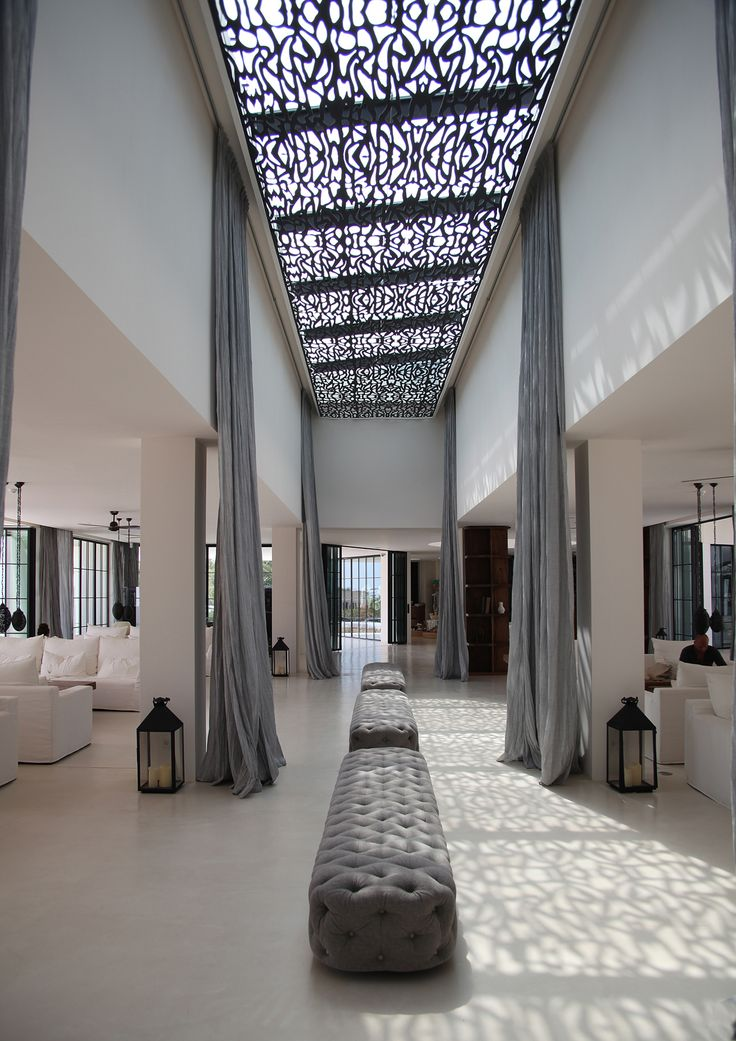 Decoración para pasillo del hotel con largas cortinas, desde el techo al suelo. Destino hotel pacha Ibiza.