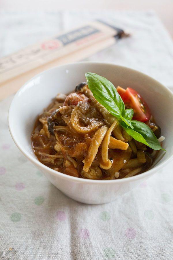 きのこたっぷり、トマトベースのカレーとうどんを合わせたイタリアンなカレーうどんです!    具だくさんのトマトカレースープはボリュームも満点!つるりとした喉越しのうどんにもよく絡んで美味しいですよ。