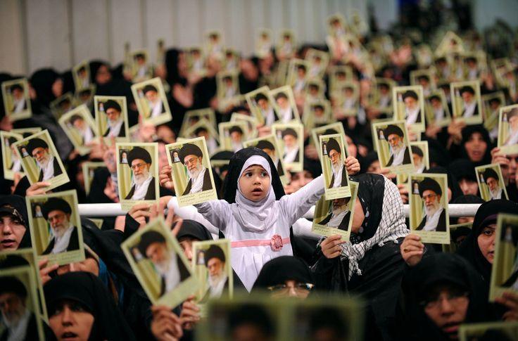 Foto yang dirilis oleh website resmi Pemimpin Tertinggi Iran Ayatollah Ali Khamenei menunjukkan perempuan-perempuan Iran dan seorang anak perempuan memegang fotonya dalam sebuah pertemuan di Tehran.