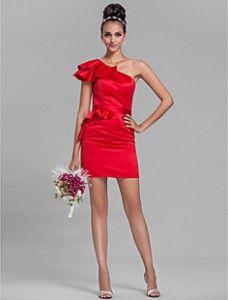 Vestido de dama de honor color rojo corto, complementando con unos zapatos plateados.