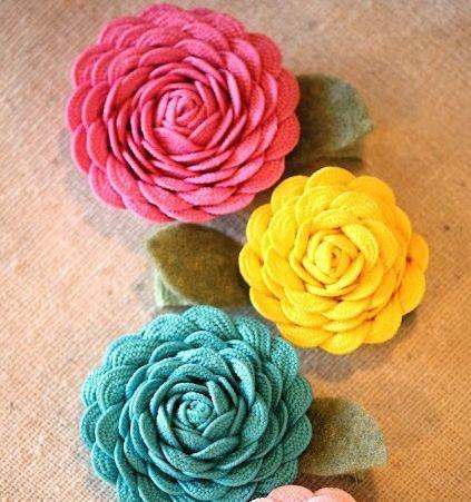 Você pode fazer flor de sianinha para decorar o que você quiser, como presilhas, roupas (fazendo broche ou aplicando a flor diretamente na roupa) ou ainda