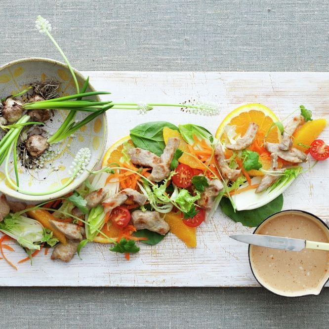 Thaisalat med appelsin og strimlet svinekjott