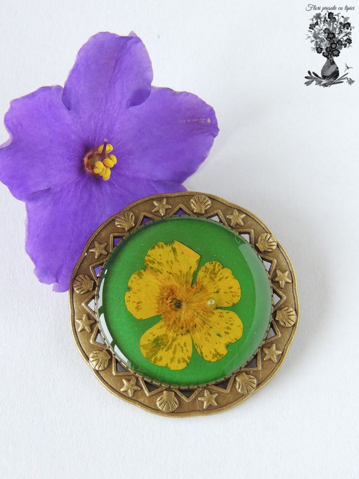 Brosa verde cu flori presate/Green jewelry with pressed flowers