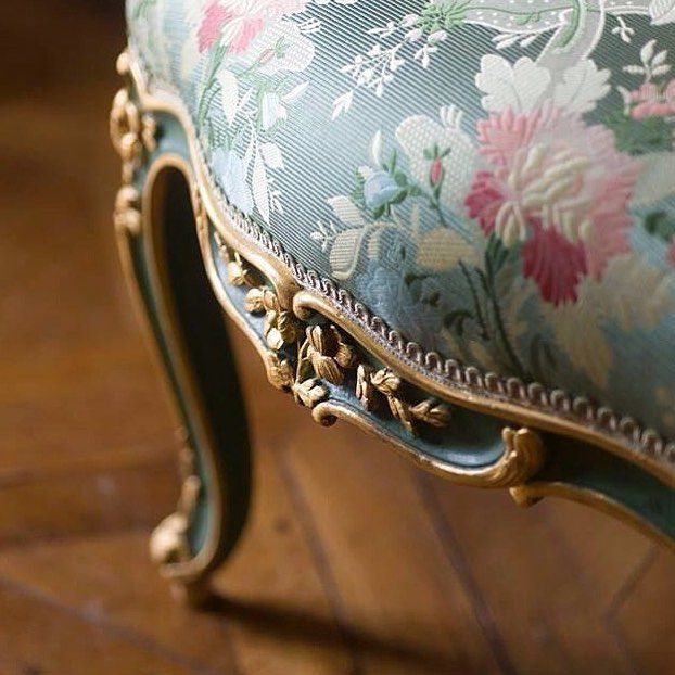Very classical and elegant chair made of Castel  #creationsmetaphores #vereldebelval