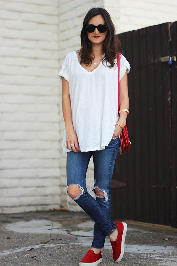 Outfits con jeans rotos y zapatos rojos