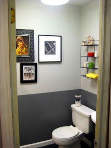 Peindre les WC avec deux couleurs de peinture a un effet déco sympa c'est sûr mais permet aussi de modifier l'impression de volume dans les WC en relevant la hauteur sous plafond. Dans ces WC, partant d'un sol PVC noir, un soubassement est créé avec une peinture gris anthracite et une peinture gris perle habille le haut du mur jusqu'au plafond peint en blanc. La progression du foncé au clair permet de donner de la hauteur à la pièce.