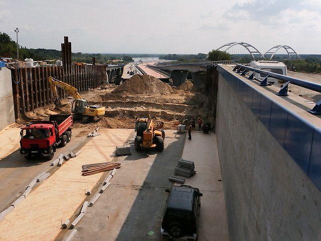 Tunel dojazdowy do mostu w Toruniu Zastosowane - ścianka szczelna i kotwy gruntowe.