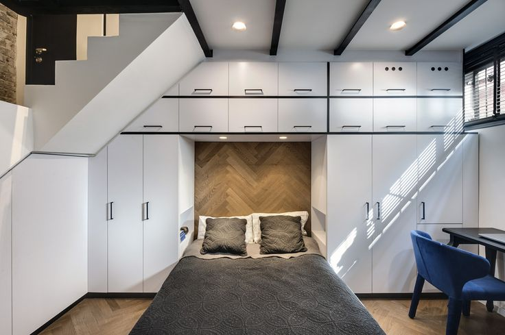 Downstairs is a closet wrapped around the bed.  The back of the bed was covered with parquet, like the floor, and under the stairs was a cabinet that closed on the washing and drying machines (Photo: Oded Smadar)